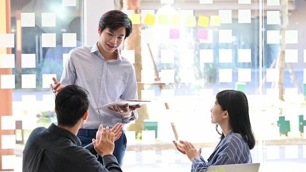 Jonge mensenpresentatie en vergadering met startend bedrijf