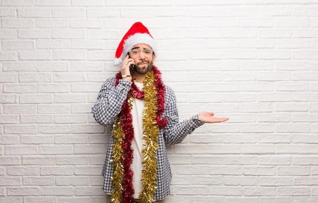 Jonge mensenzitting met giften die verward en twijfelachtig kerstmis vieren