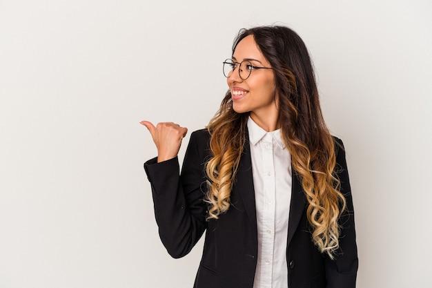 Jonge mexicaanse bedrijfsvrouw die op witte punten wordt geïsoleerd als achtergrond met duimvinger weg, lachend en zorgeloos.