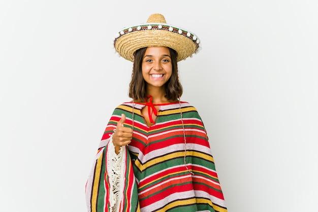 Jonge mexicaanse die vrouw op witte achtergrond wordt geïsoleerd die en duim glimlacht opheft