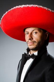 Jonge mexicaanse man die sombrero draagt