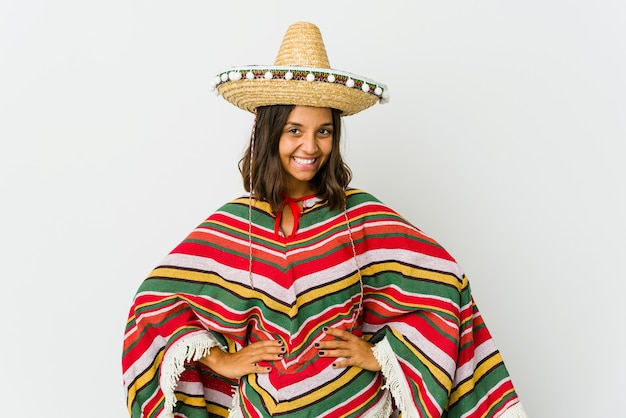 Jonge mexicaanse vrouw geïsoleerd op een witte muur zelfverzekerd handen op de heupen te houden.