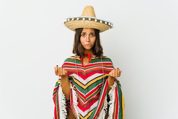 Jonge mexicaanse vrouw geïsoleerd op wit waaruit blijkt dat ze geen geld heeft.