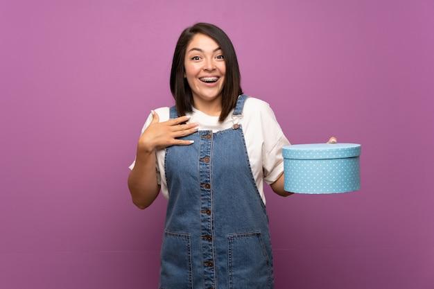 Jonge mexicaanse vrouw met geschenkdoos