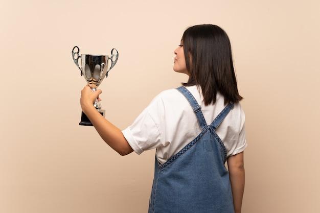 Jonge mexicaanse vrouw over geïsoleerde het houden van een trofee