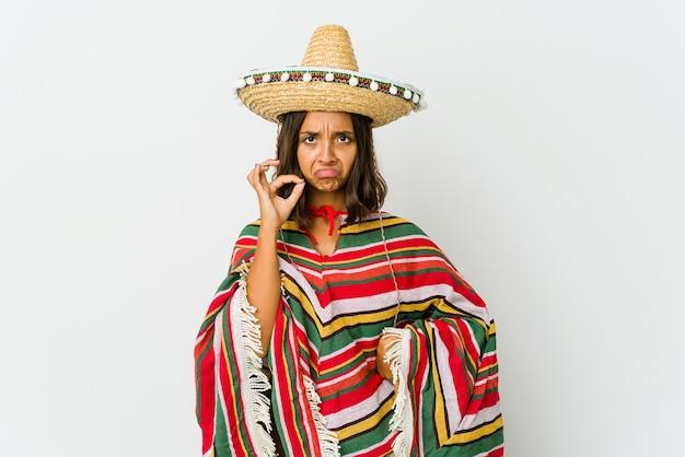 Jonge mexicaanse vrouw wijzende tempel met vinger, denken, gericht op een taak.