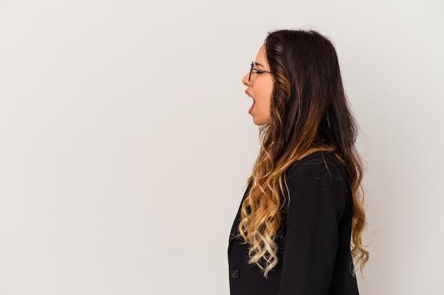 Jonge mexicaanse zakenvrouw geïsoleerd op een witte achtergrond schreeuwen naar een
