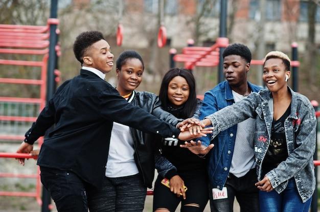 Jonge millennials afrikaanse vrienden op buitengymnastiek. gelukkige zwarte mensen die samen plezier hebben. generatie z vriendschap concept.