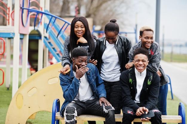 Jonge millennials afrikaanse vrienden wandelen in de stad. gelukkige zwarte mensen die samen plezier hebben. generatie z vriendschap concept.
