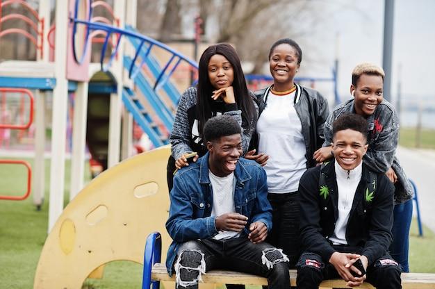 Jonge millennials afrikaanse vrienden wandelen in de stad. gelukkige zwarte mensen die samen plezier hebben. generatie z vriendschapsconcept.