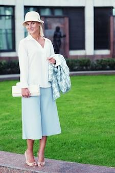 Jonge mode blonde vrouw lopen op straat
