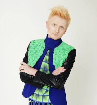 Jonge mode man in kleurrijke shirt camera kijken