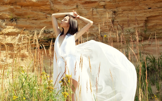 Jonge mode-model poseren buiten