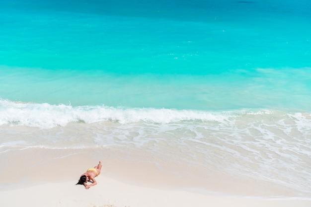Jonge mode vrouw in zwempak op het strand
