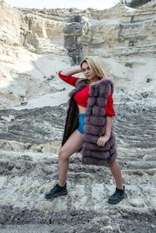 Jonge mode vrouw posign in zandbergen