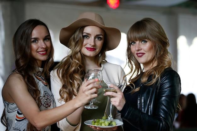 Jonge modellen op vakantie vieren een succesvolle show