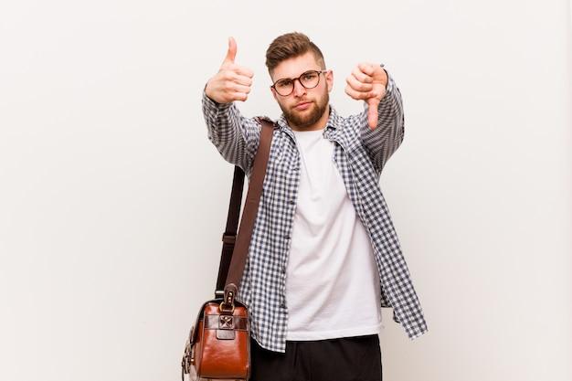 Jonge moderne bedrijfsmens die duimen omhoog en duimen toont