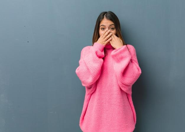 Jonge moderne verrast en geschokte vrouw