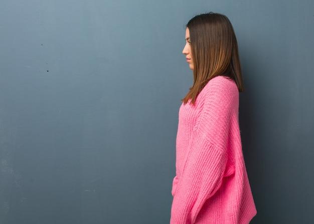 Jonge moderne vrouw aan de kant die aan voorzijde kijkt