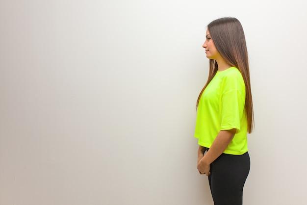 Jonge moderne vrouw aan de zijkant naar voren