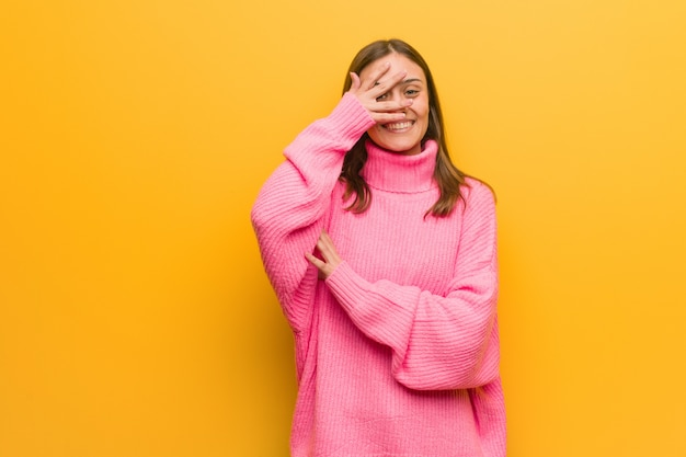 Jonge moderne vrouw beschaamd en tegelijkertijd lachen