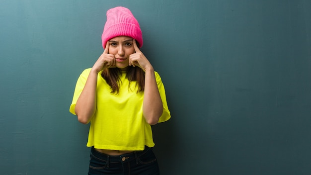 Jonge moderne vrouw die een concentratiegebaar doet