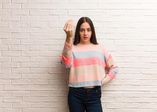 Jonge moderne vrouw die een typisch italiaans gebaar doet