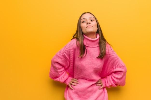 Jonge moderne vrouw die iemand zeer boos berispt