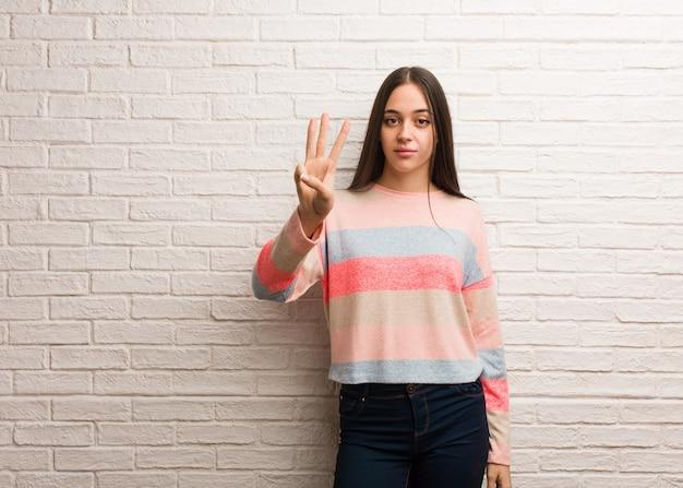 Jonge moderne vrouw die nummer drie toont