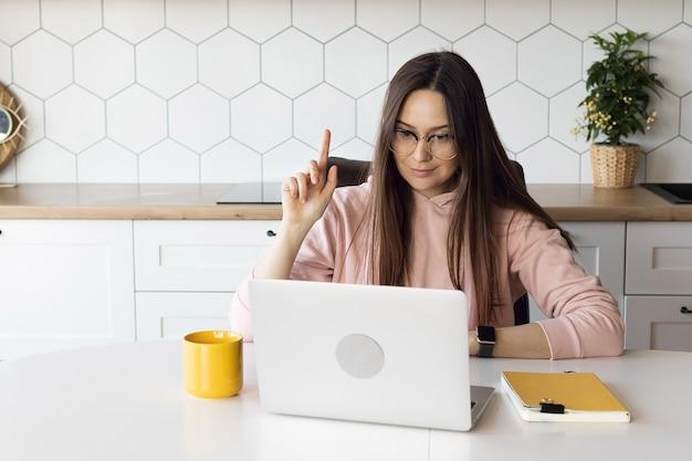 Jonge moderne vrouw leraar voert lessen online
