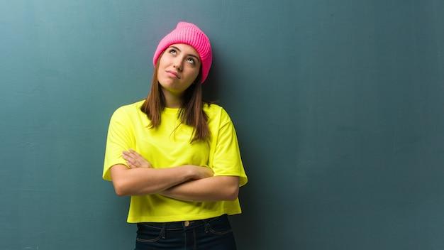 Jonge moderne vrouw moe en verveeld