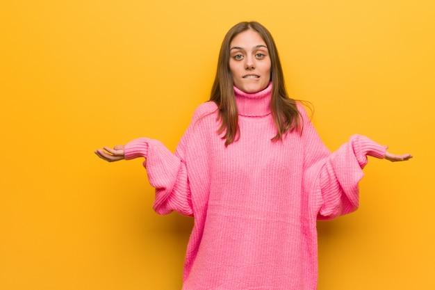 Jonge moderne vrouw verward en twijfelachtig