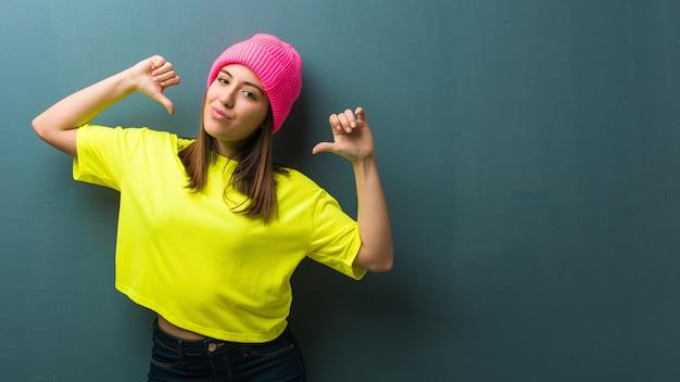 Jonge moderne vrouw wijzende vingers, voorbeeld te volgen