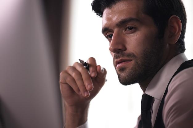 Jonge moderne zaken man aan het werk zitten in het kantoor