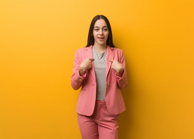 Jonge moderne zakenvrouw verrast, voelt zich succesvol en welvarend