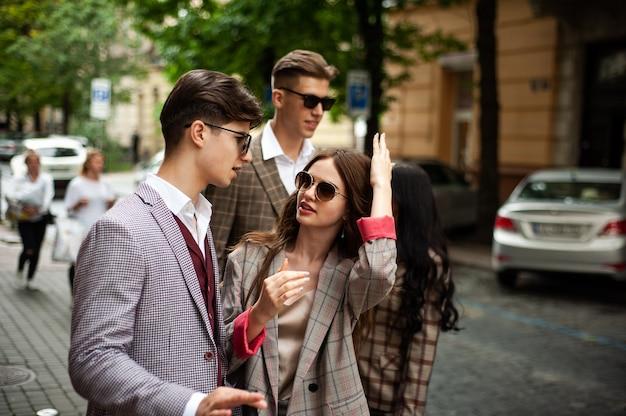Jonge modestudenten in de stad
