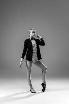 Jonge modieuze, stijlvolle vrouw die jas en sokken draagt die vanuit huis werken.