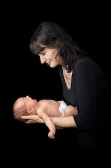 Jonge moeder die een pasgeboren baby houdt
