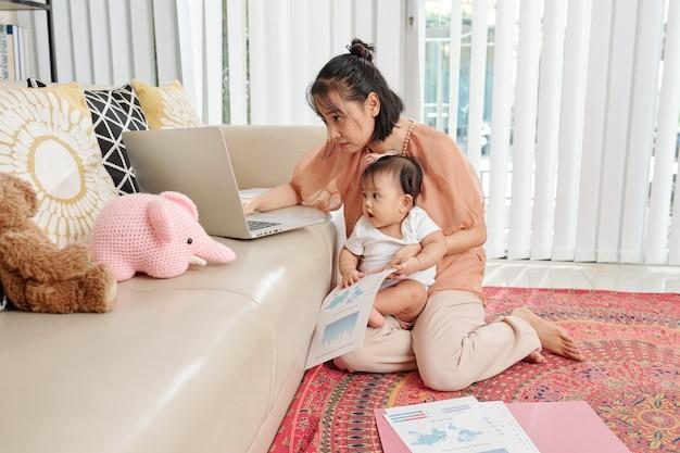 Jonge moeder die financieel verslag controleert