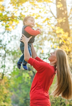 Jonge moeder die schattige kleine jongen houdt