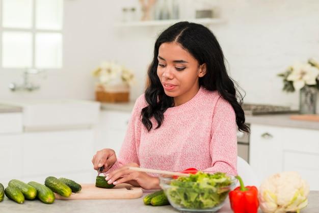 Jonge moeder die thuis kookt