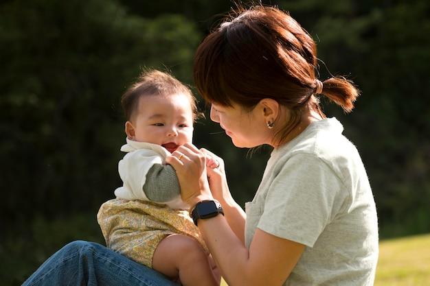 Jonge moeder die tijd doorbrengt met haar baby