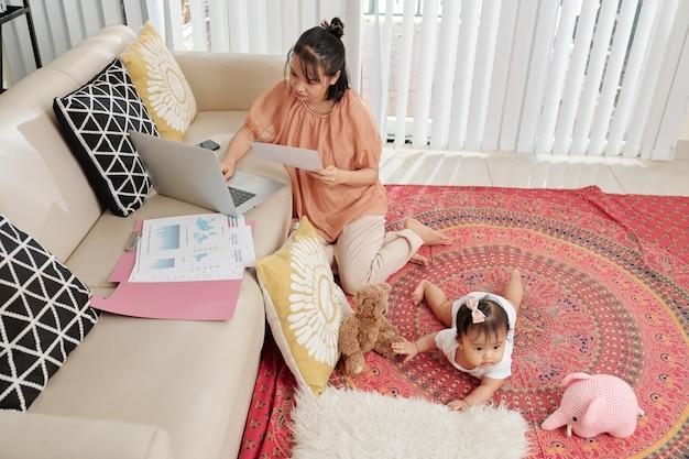 Jonge moeder die vanuit huis werkt