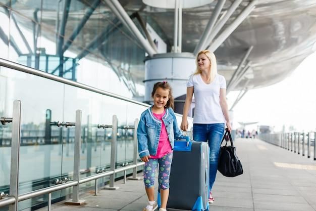 Jonge moeder en kind op de luchthaven.