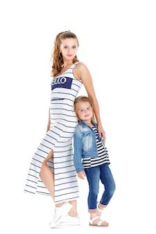 Jonge moeder en schattige dochter