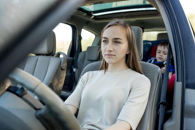 Jonge moeder en zoontje in de auto