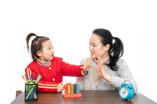 Jonge moeder leert haar dochter rekenen