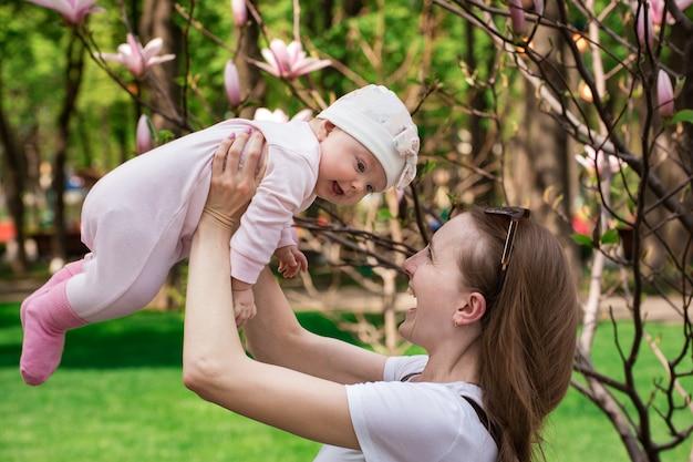 Jonge moeder met dochtertje. gelukkig moederschap.