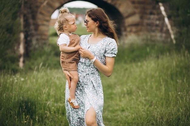 Jonge moeder met dochtertje in park