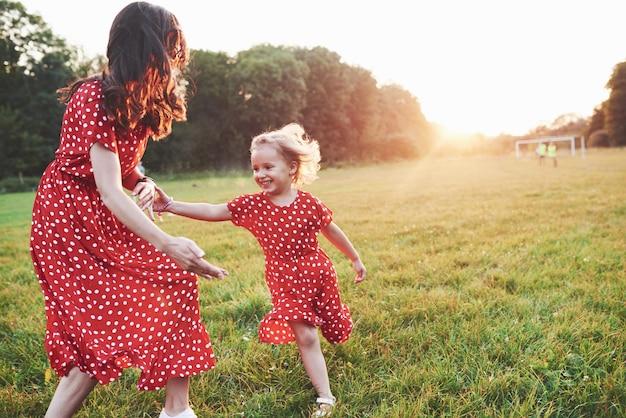Jonge moeder met haar dochter die tijd buiten doorbrengt op zo'n mooie plek